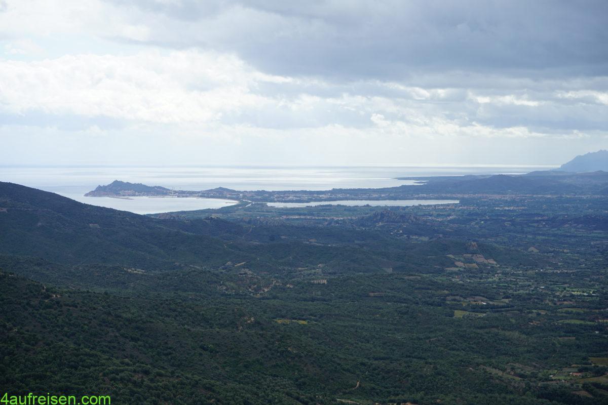 Blick vom Bergdörfchen Baunei.