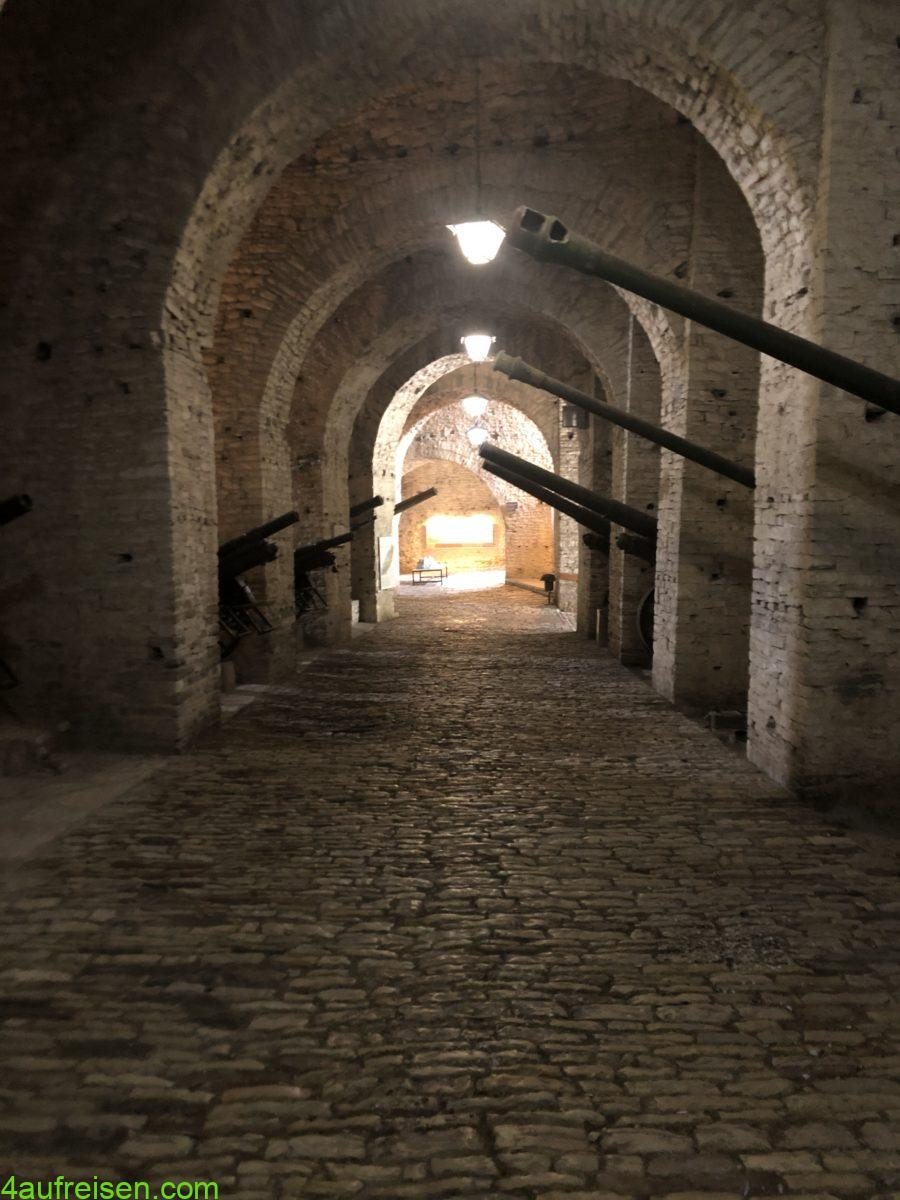 Festung und Haubitzen.